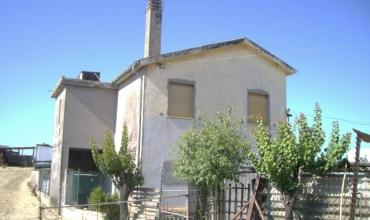 Casolare con uliveto e vista mare in vendita a Roseto degli Abruzzi.